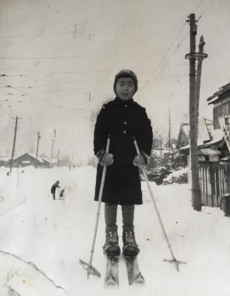 1940年(昭和15)芳賀スキー製作所前にて撮影2芳賀孝郎さん提供