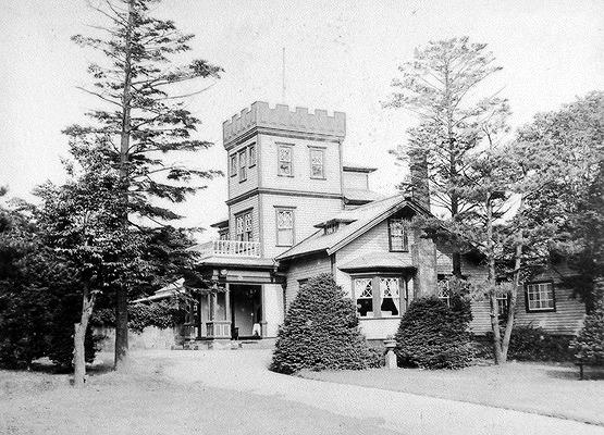 三井クラブ(旧館)1930年撮影札幌市公文書館蔵 元は札幌農学第2代校長をつとめた森源三氏が建てた洋館で、米軍が接収する前は、森氏から建物と敷地を購入した三井合名会社の所有でした。返還後札幌市の所有を経て1953年(昭和28)に北海道に移管されました。この写真の洋館は森氏の時代に建てられた旧館です。三井合名会社は1935年(昭和10)に現在も知事公館として利用されている新館を建設。旧館は老朽化のため北海道庁移管時に取り壊されました。