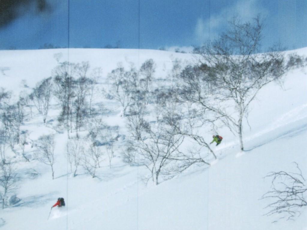 ニセコアンヌプリの深雪を滑走する芳賀さん(右)2015年1月撮影