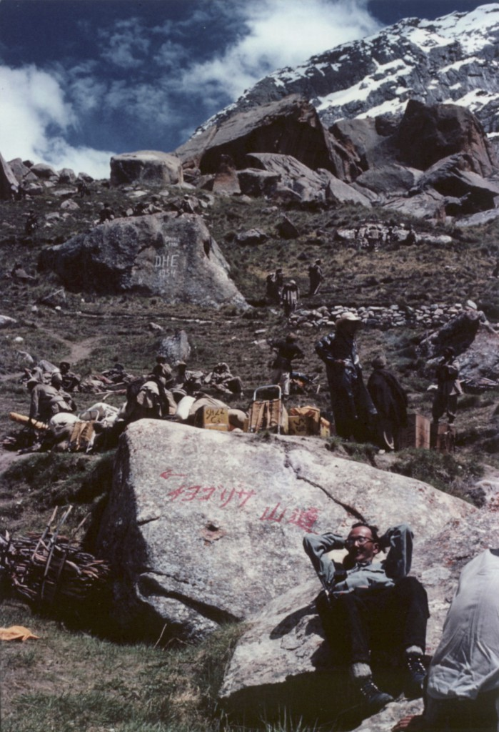 ヒマラヤ登山べーキャンプで寛ぐ加藤泰安先輩 1958年8月