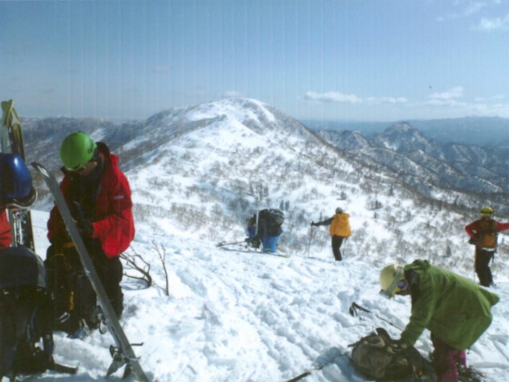 朝里岳山頂にて仲間とともに(中央奥が芳賀さん) 2016年3月